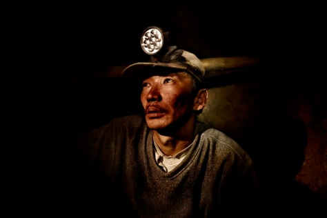 About 100,000 Mongolians have joined mining industry  in the past five years. Many lost their jobs during the country's transition from Communism and initially became traditional herders. But two devastating winters, known as dzuds, wiped out a third of Mongolia's livestock in 2001 and 2002, and thousands of families joined the gold rush, scouring sites rejected by large mining companies for quartz or crumbs of gold. Ninjas earn between 5$ and 10$ a day, often more than teachers, doctors and government officials. (Photo courtesy of An Hua, Fnac Murcia and quehacerenmurcia.com)