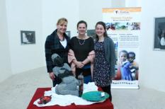 Auction attendants pose beside Zimbabwe sculpture artist's work (Photo: Centre Narovinu)